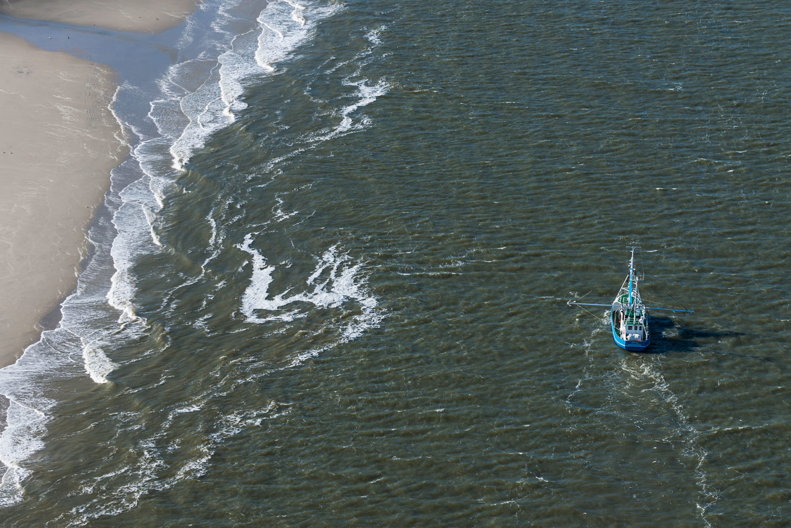 Ein Krabbenkutter beim Krabbenfang auf der Außenweser vor der Sandbank Mellumplate Luftaufnahme