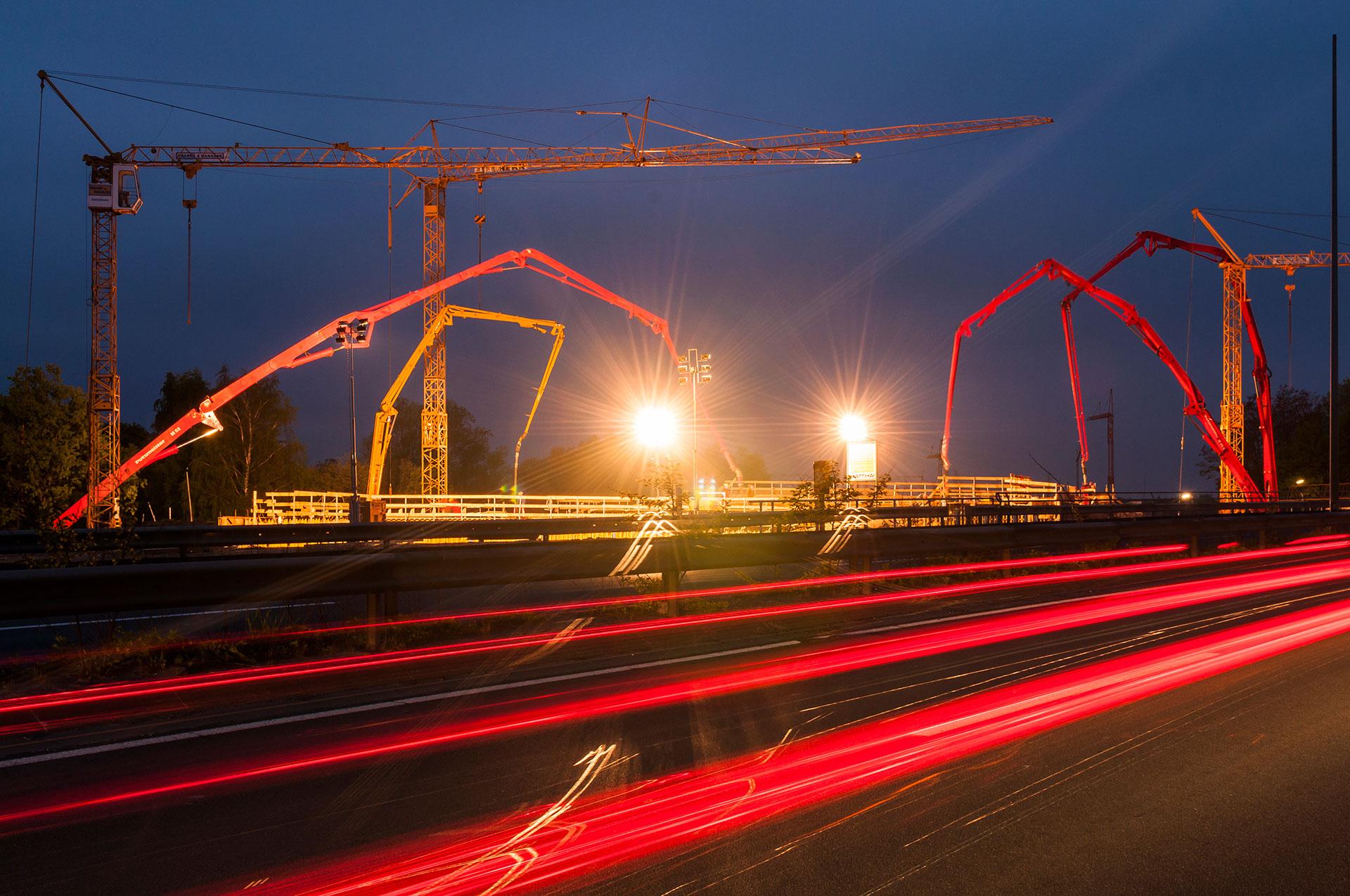 Betonpumpen im Nachteinsatz bei einem Brückenneubau am Autobahndreieck Sued-West in Braunschweig