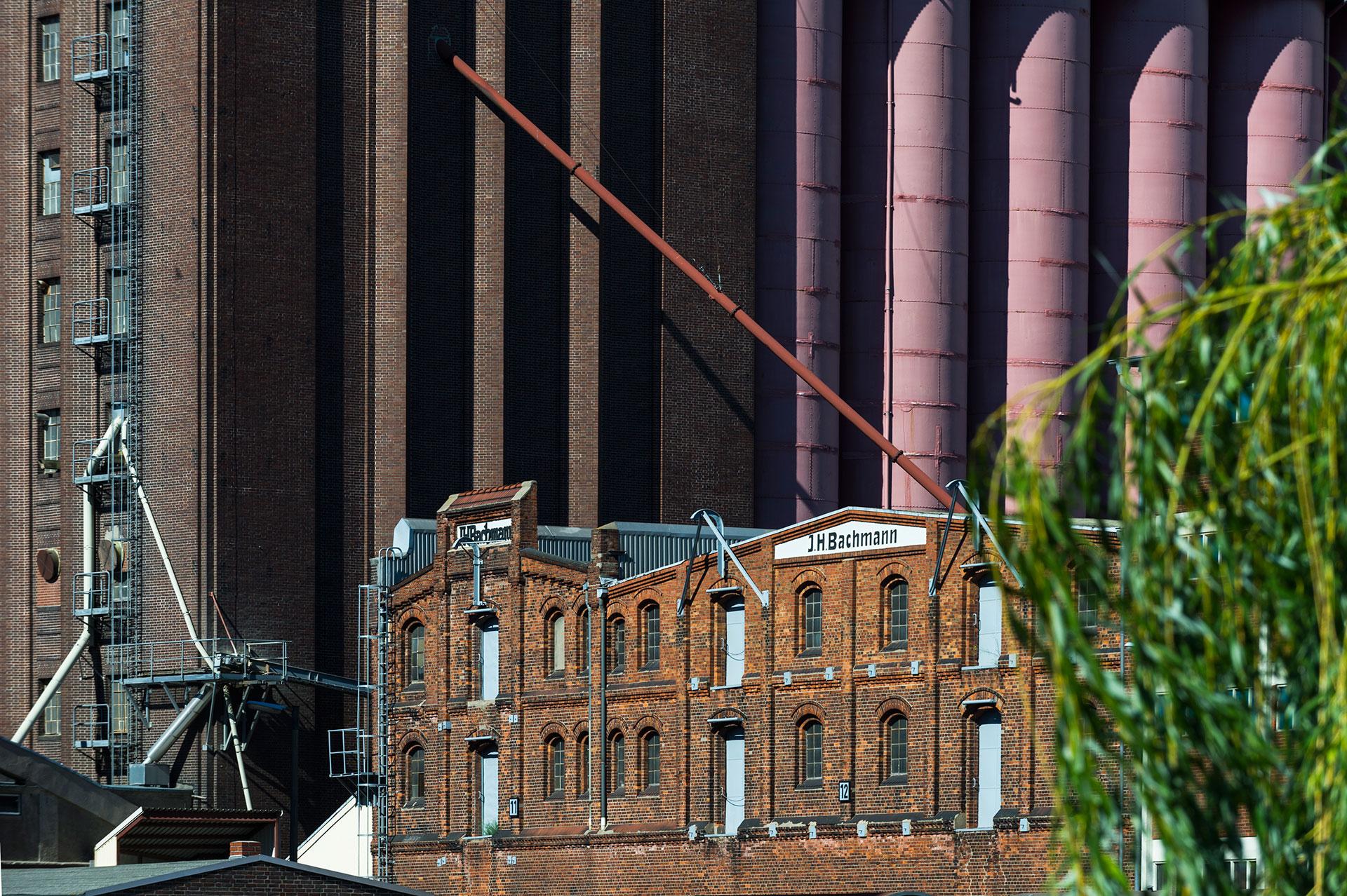 Bremen im Hafenbecken des Getreide und Holzhafen befindet sich die Siloanlage der Rolandmühle und davor ein historischer Bachsteinspeicher