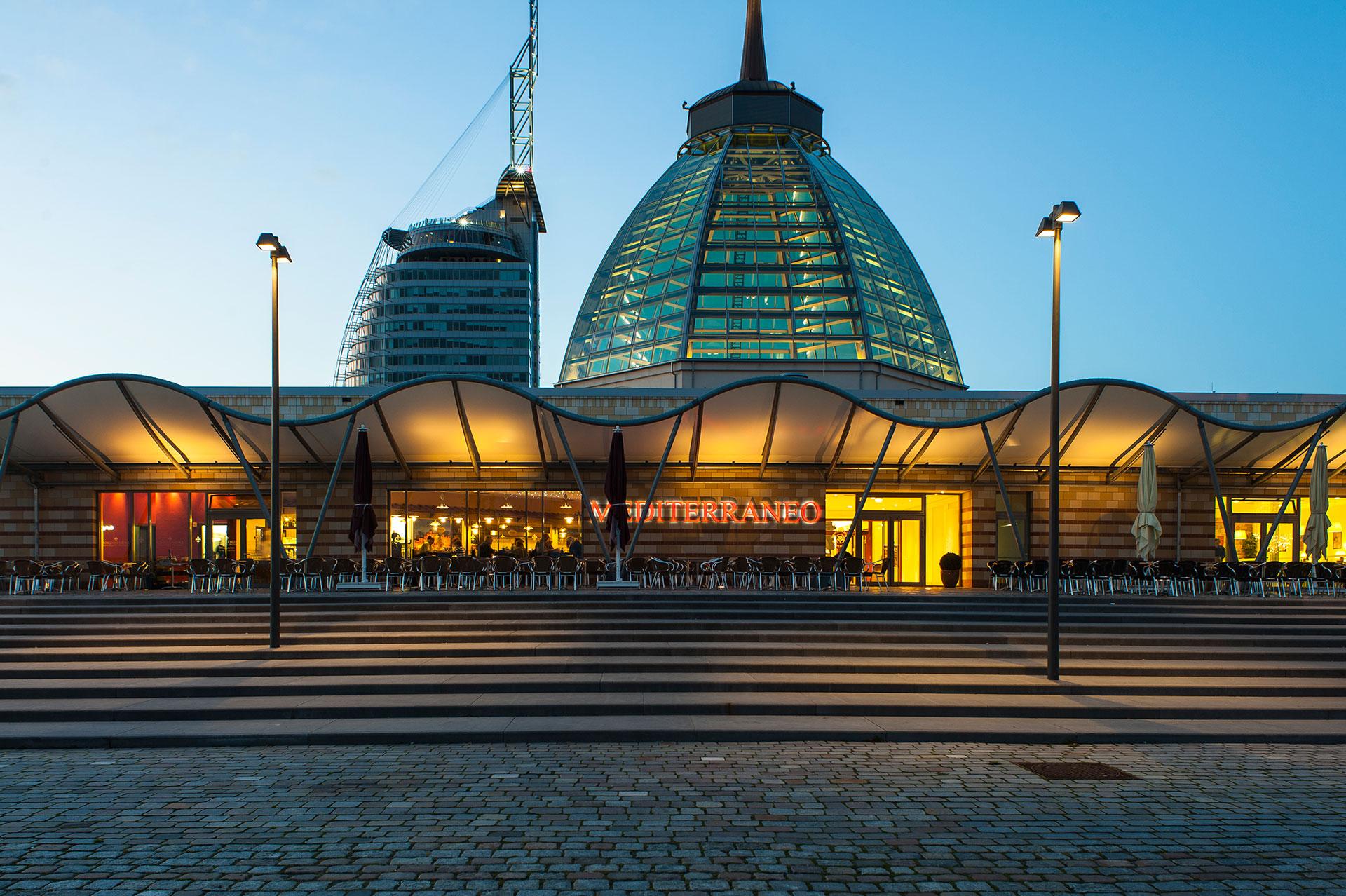 Bremerhaven an der Unterweser befinden sich die Havenwelten mit dem ATLANTIC Hotel SAIL City und dem Mediterraneo