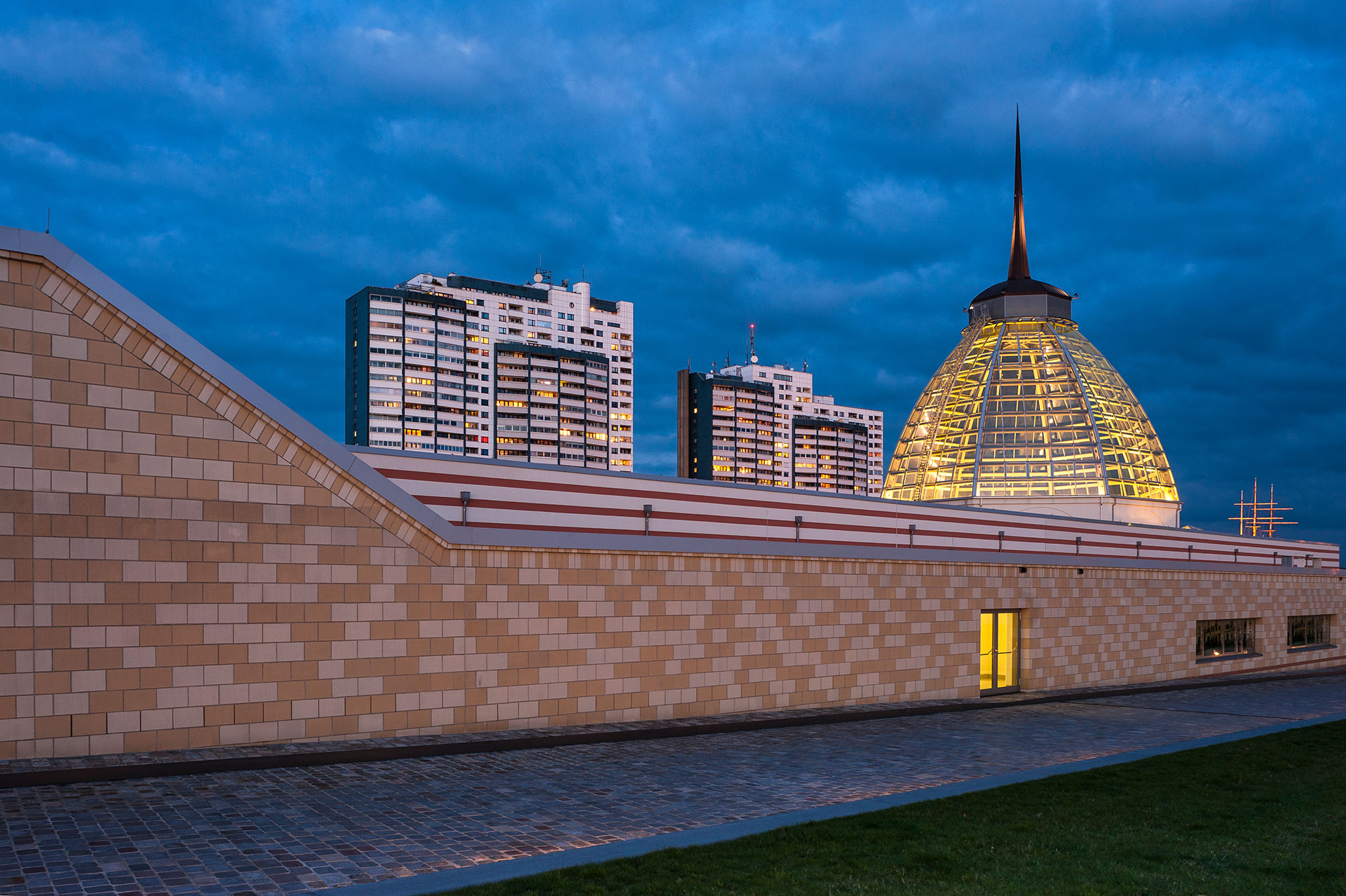 Architektur in Bremerhaven mit den Havenwelten zeigt die Glaskuppel des Mediterraneo und im Hintergrund das Columbus-Center eine Architektur aus den 1970ern
