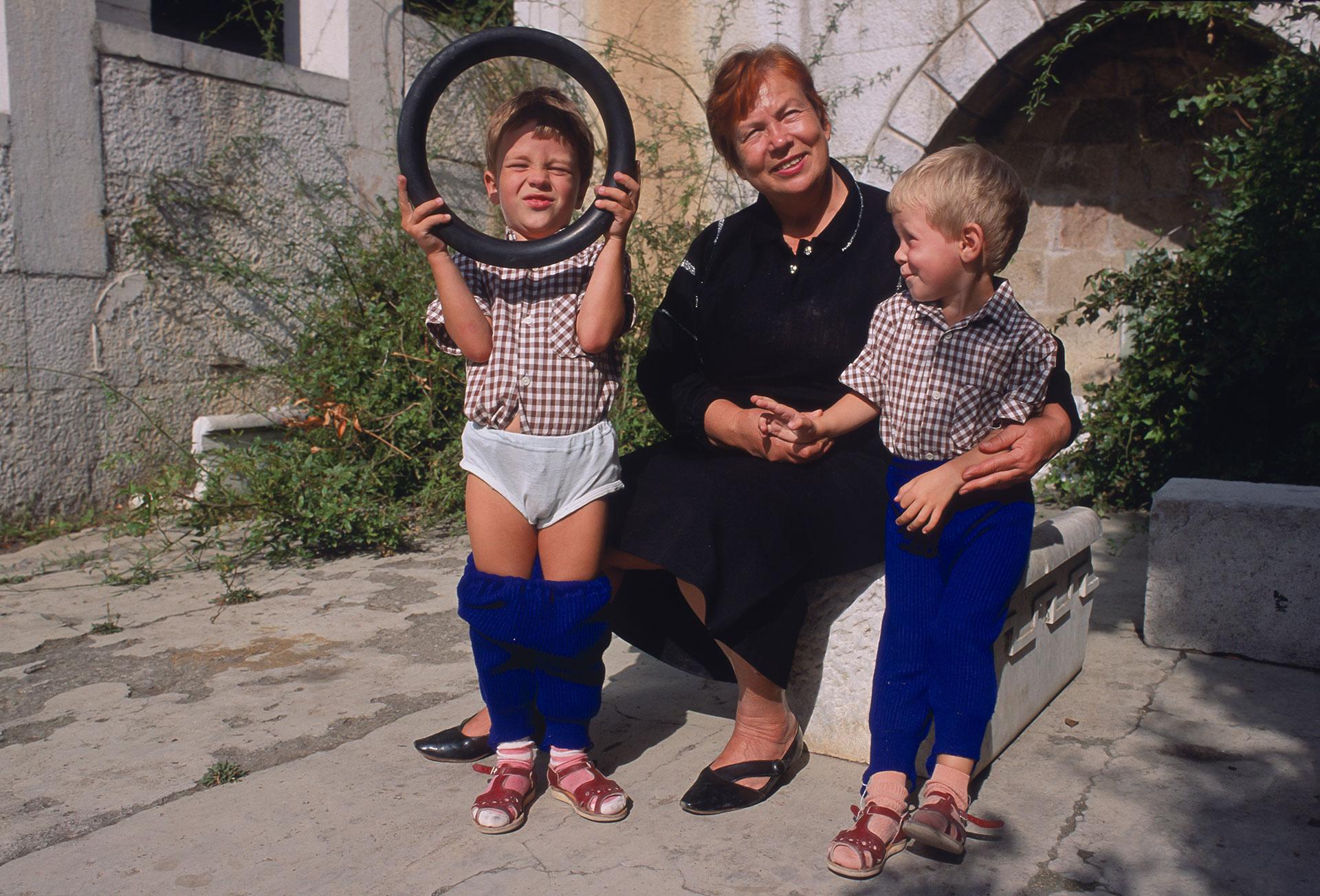 Russland Ukraine am Schwarzen Meer auf der Halbinsel Krim eine Straßenszene in Jalta die Großmutter mit ihren Enkeln