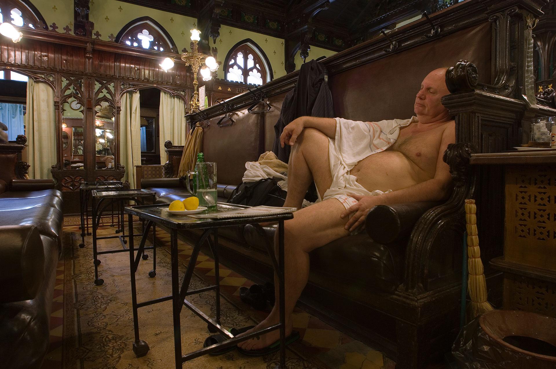 In Moskau im ältesten Badehauses der Stadt dem Sanduny entspannt ein Mann im historischen Ruheraum