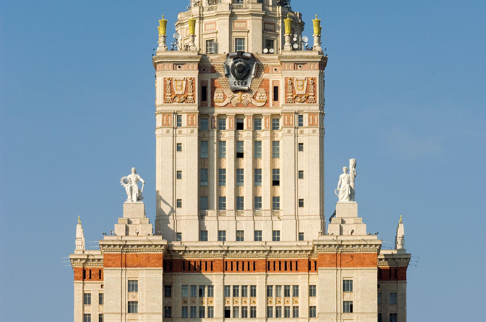 Vor den Toren der Stadt Moskau auf den Sperlingsbergen befindet sich die Zuckerbäckerarchitektur der Lomonossow-Universität