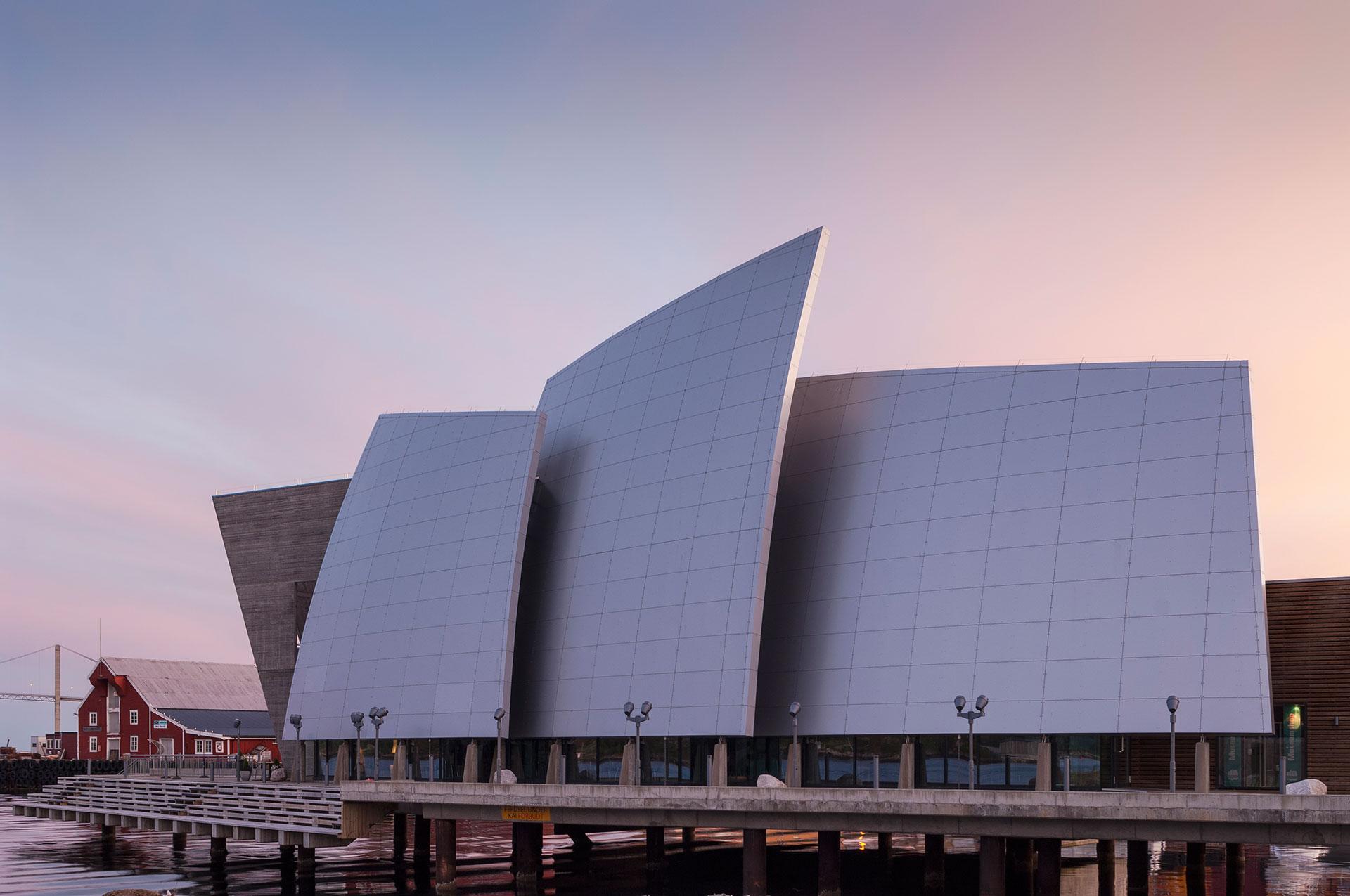 In Norwegen steht in Roervik eine moderne Architektur das Kuestenmuseum Norveg Woxengs das folgende Sammlungen beherbergt: Sammlungen Gudmundur Jonsson moderne Architektur Mies van der Rohe Award 2005 Architekturpreis