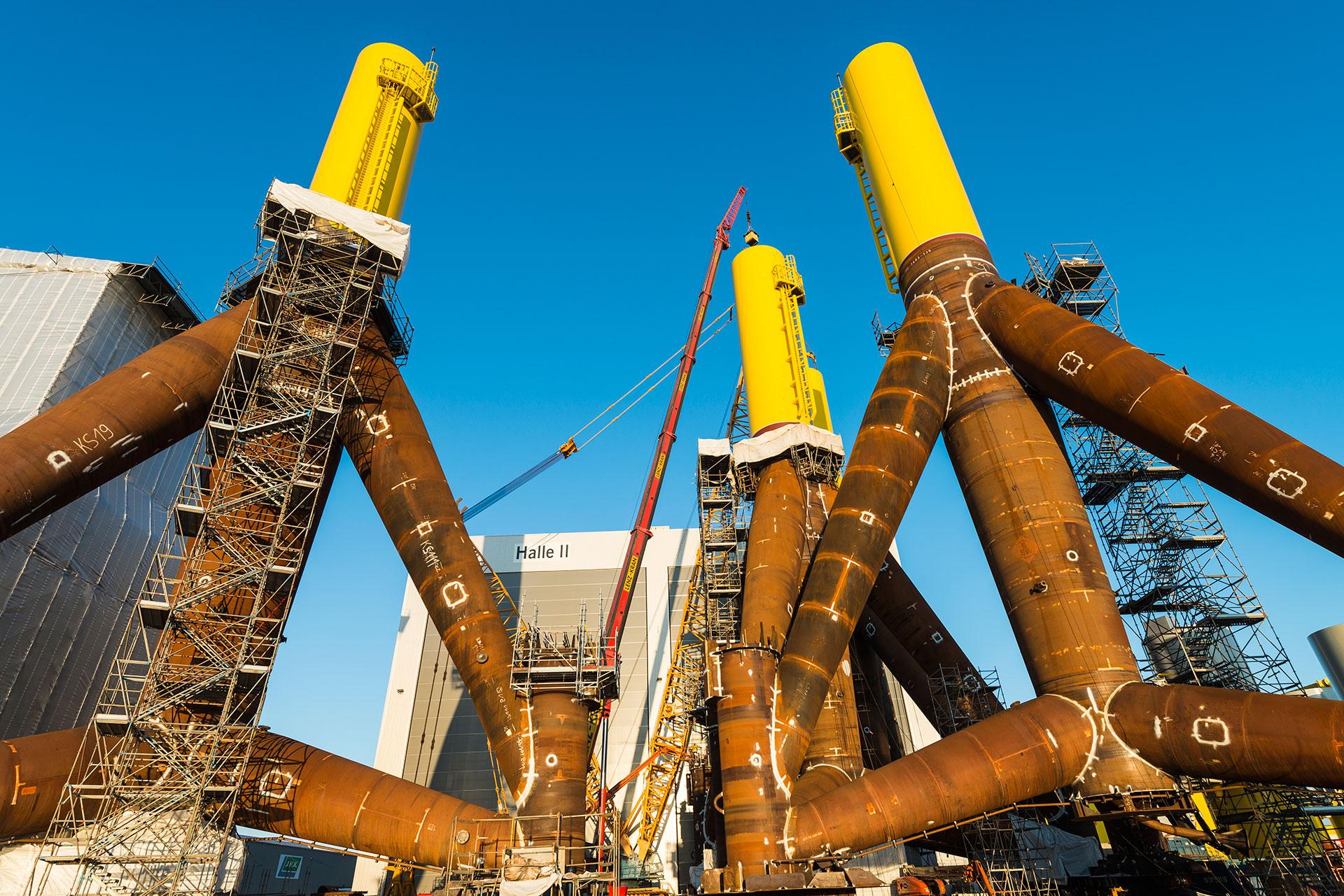 In Bremerhaven stellt die Firma WeserWind die gewaltigen Stahlfundamente für den Offshore Windpark her
