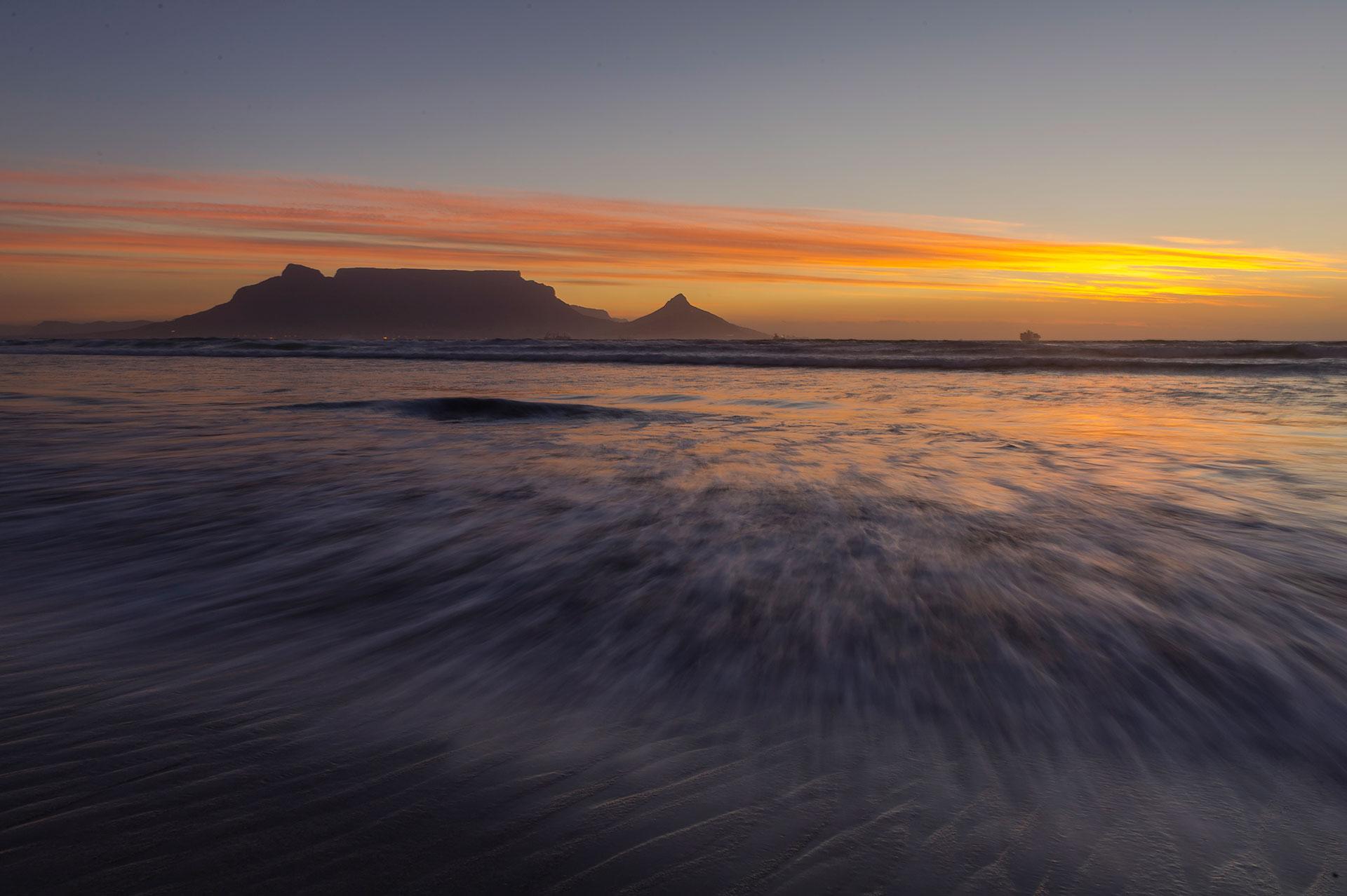 Südafrika Kapstadt der Tafelberg bei Sonnenuntergang Strand in Duynefontein am Westkap