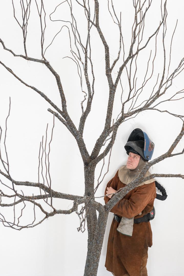 Portrait von Mirsad Herenda. Er lebt und arbeitet in Bremen als Künstler im Bereich Bildhauerei-Skulturen