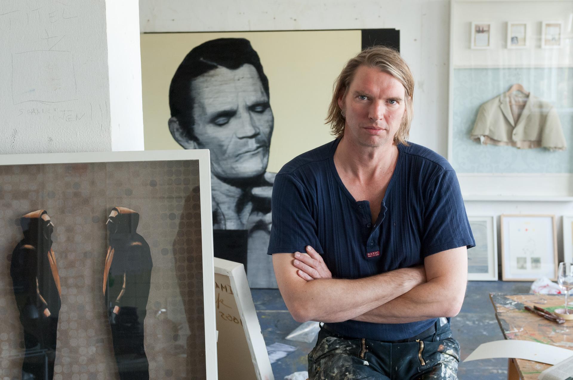 Portrait des freischaffenden Malers Tom Gefken aus Bremen in seinem Atelier