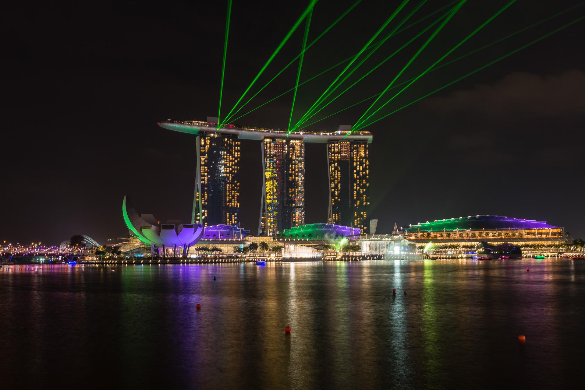 Singapur das Marina Bay Sands Hotel mit dem Art Science Museum bei Nacht mit der berühmten Lasershow
