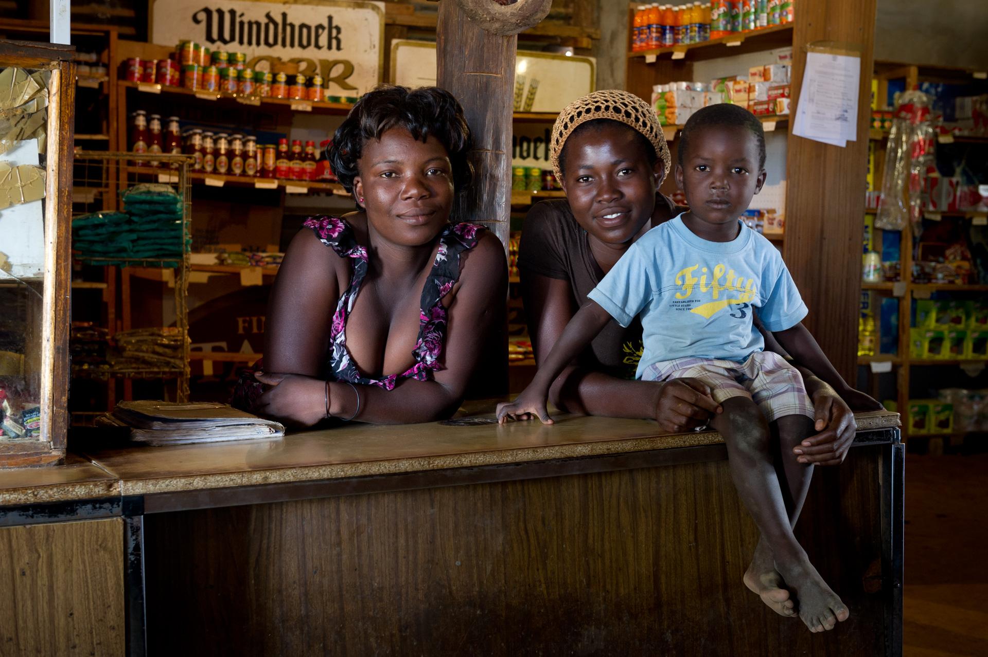 Afrika in Namibia im Damaraland bei Kunene an der C35 in dem Ort Betanie Georgetown befindet sich ein Restaurant mit Shop mit freundlichen Verkäuferinnen und Kind auf dem Tresen