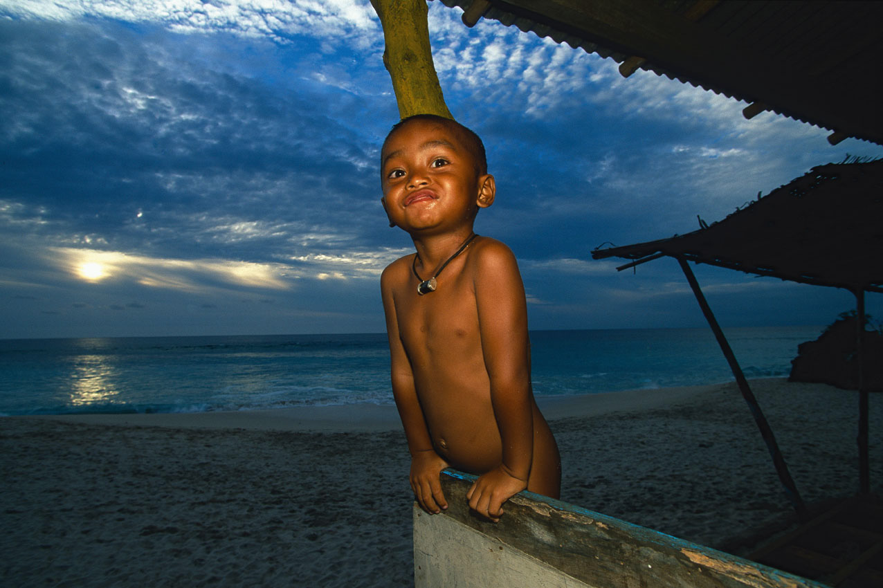 Bali kleiner Junge in einer Strandhütte bei Sonnenuntergang