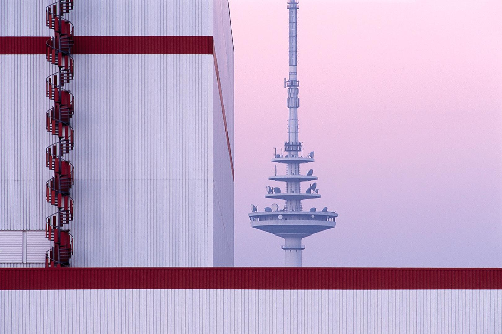Hochregallager der Firma Kellogs vor dem Fernmeldeturm in Bremen Walle