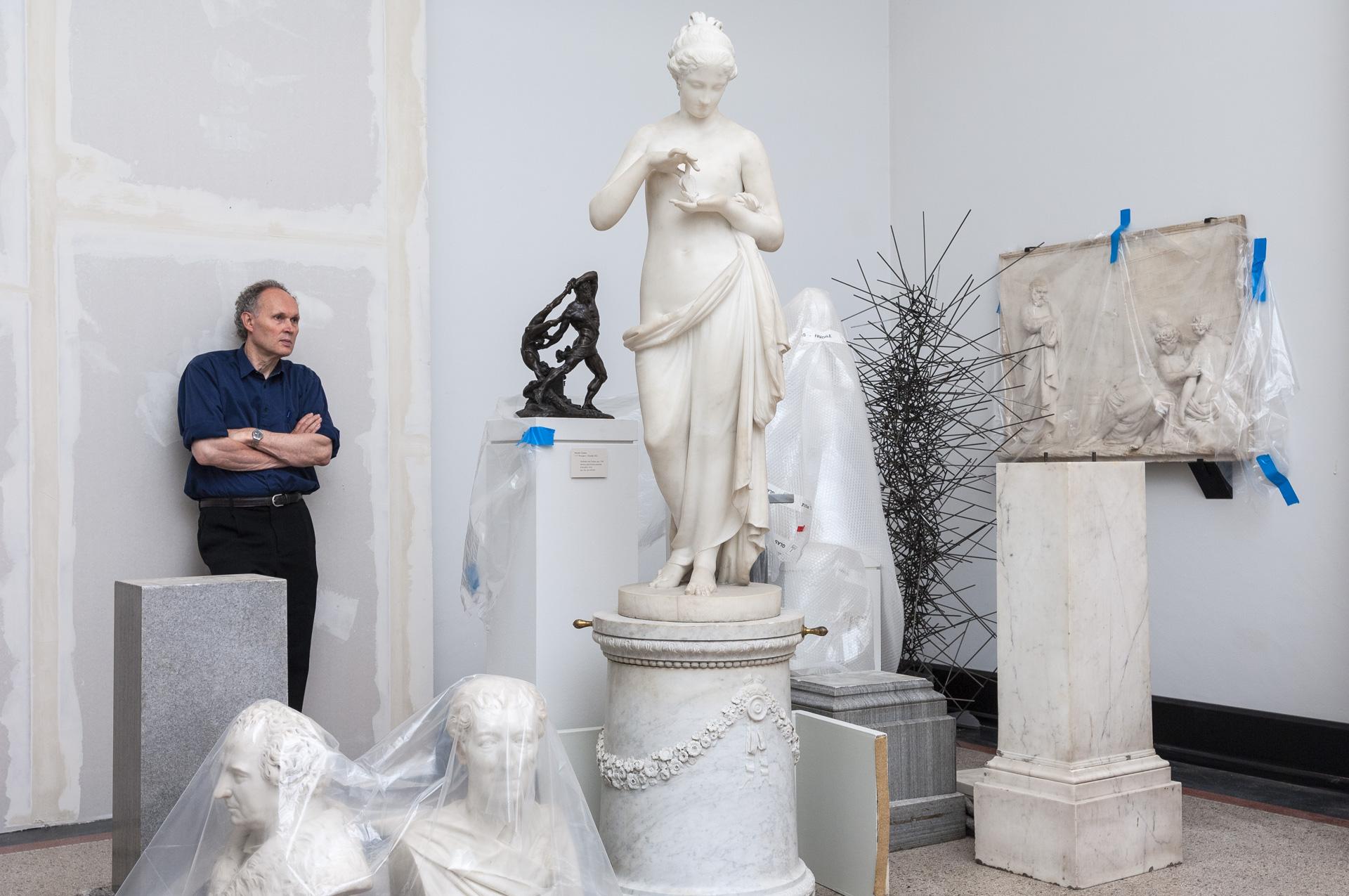 Der Kurator Wolfgang Hainke in der Bremer Kunsthalle vor antiken Skulpturen