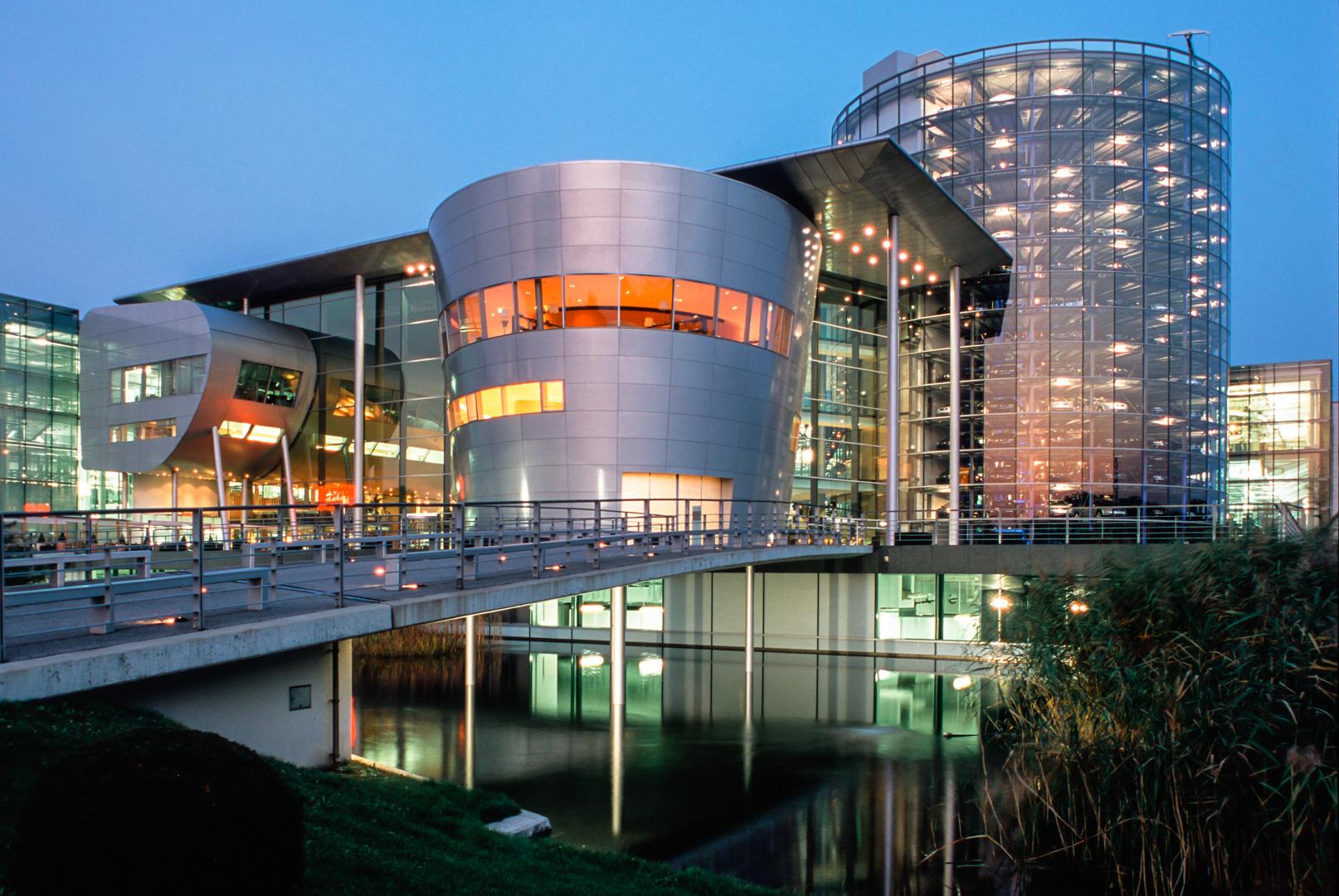 Das Glasgebäude, die Gläsernen Manufaktur von VW des Architekten Gunter Henn, in Dresden
