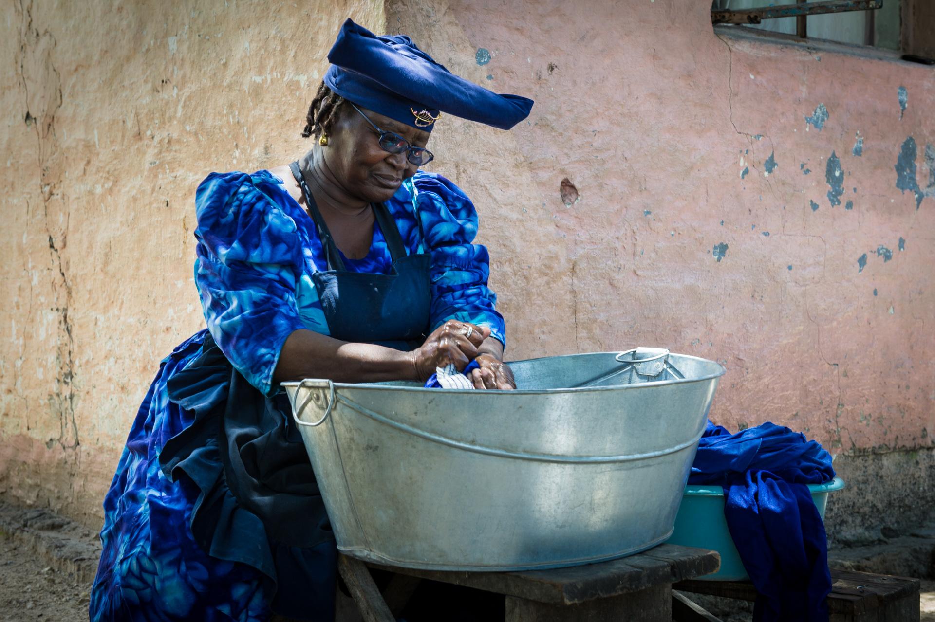 Afrika Namibia eine Hererofrau beim Wäsche waschen vor Ihrem Haus