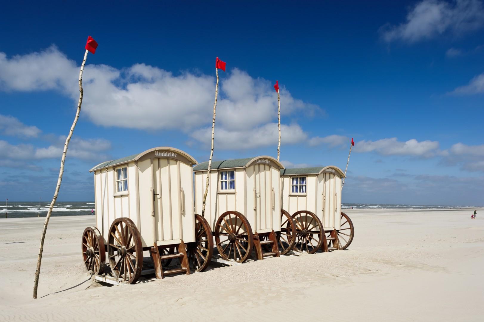 Strandwagen sind historische Umkleidekabinen am Sandstrand der Ostfriesischen Insel Norderney