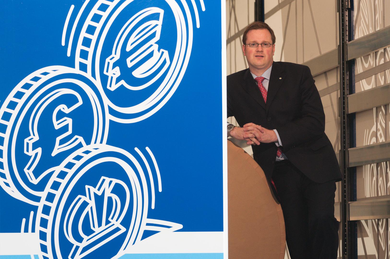 Portrait vom CEO Manager Bernhard Krone auf einem seiner Lkw-Auflieger