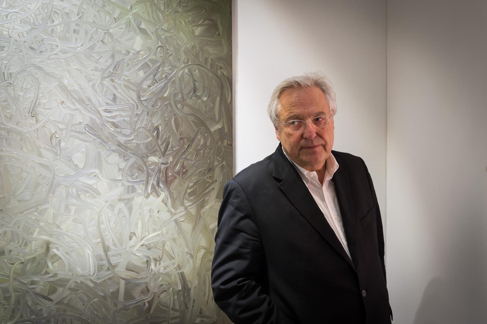 Helge Achenbach auf der Kunstmesse Tefaf in Maastricht vor dem Gemälde von Gerdhard Richter