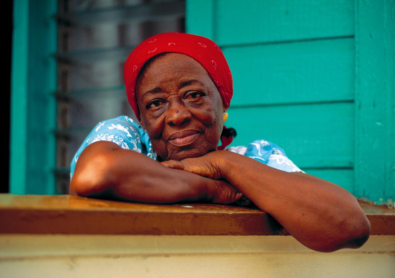 Caribbean Island Karibik auf der Insel Antigua Portrait einer alte Dame mit rotem Kopftuch