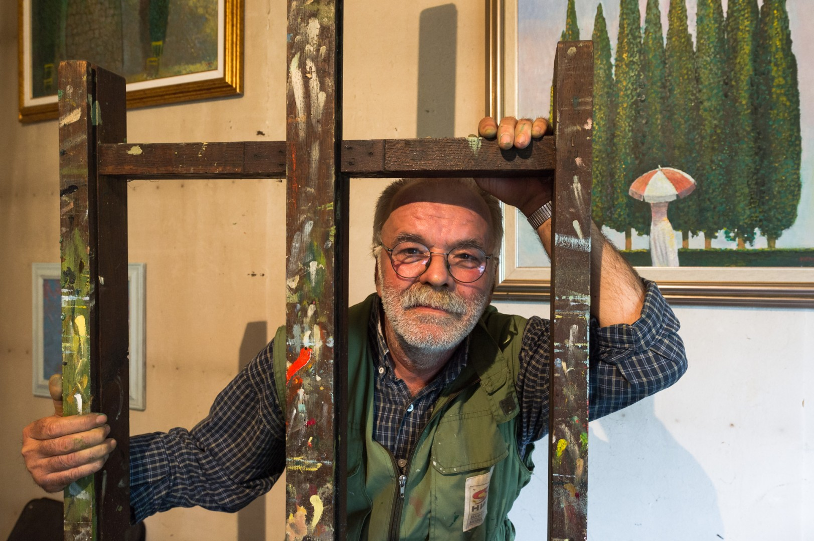 Portrait of the painter and artist Kemal Ramujkic behind an easel in Belgrade