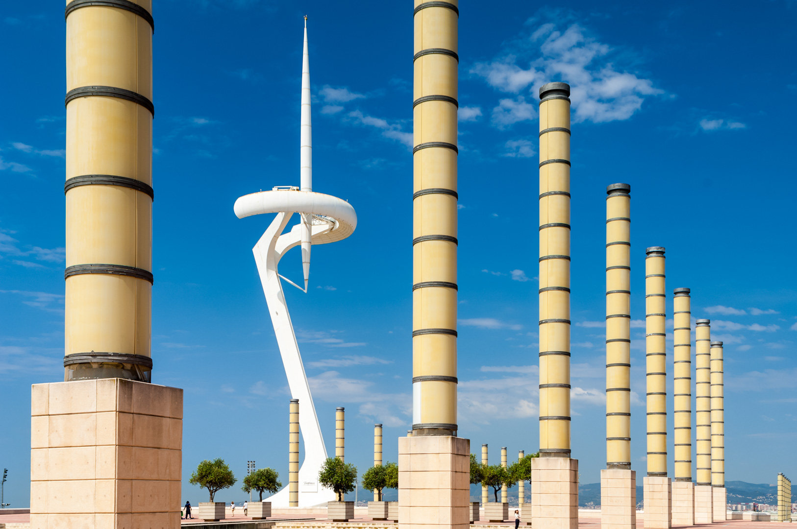 Barcelona auf dem Placa d'Europa zeigt die Skulptur Torre de comunicacions de Montjuic Olympischen Sommerspiele Architekt Santiago Calatrava