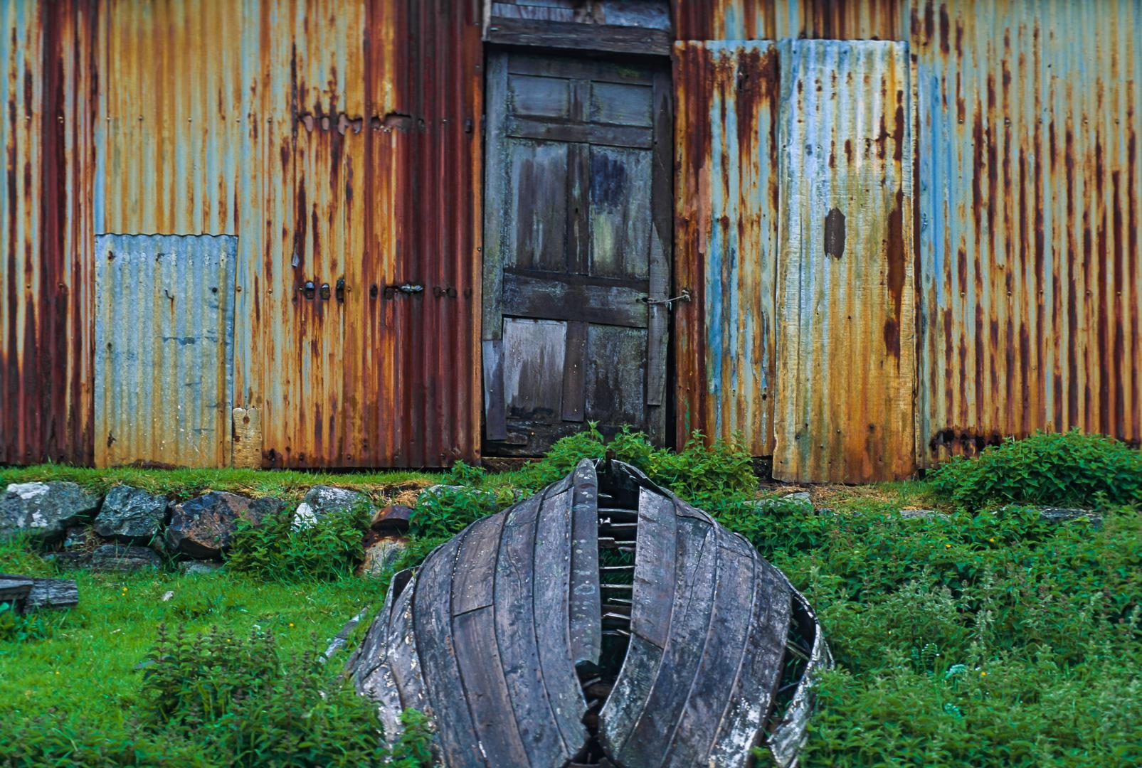 UK-Scotland Isle of Harris Hebriden Schottland Hebriden Insel Harris altes Boot vor einem Wellblechschuppen