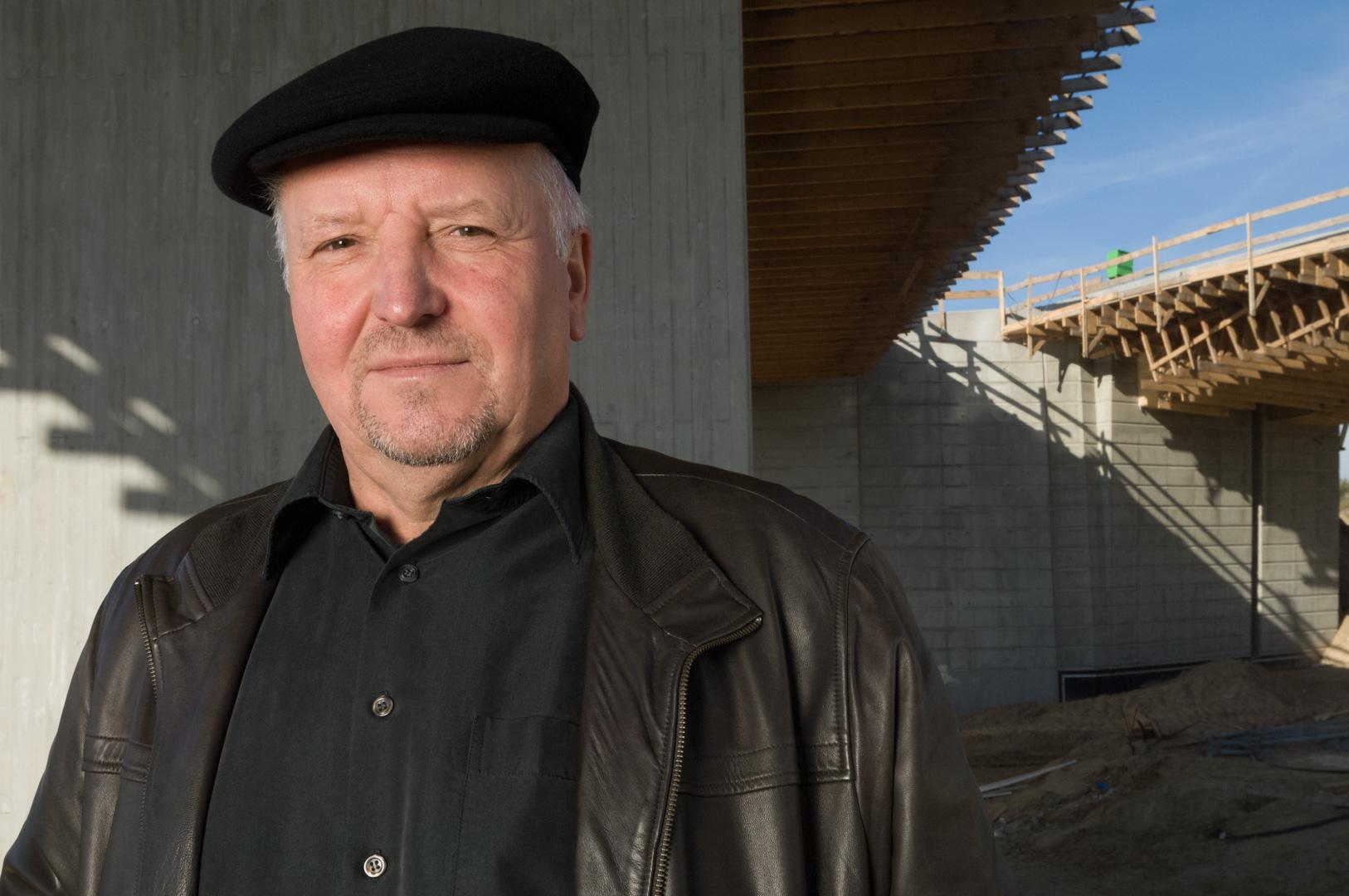 Geschäftsführer Portrait eines Geschäftsführers im Baugewerbe auf einer Baustelle in Berlin Schönefeld- Brückenbau-Strassenbau