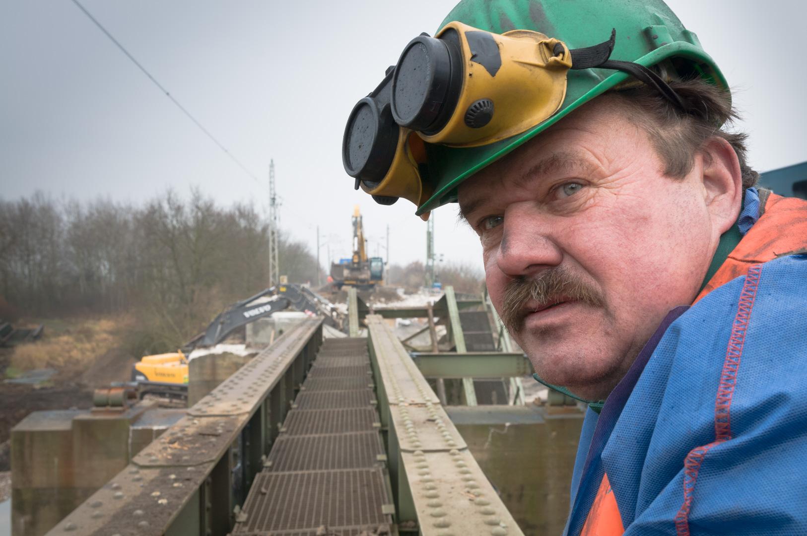 Portrait Schweisser auf Stahlbrücke