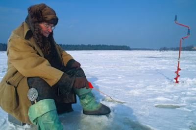 Europa, Nordeuropa, Baltikum, Lettland, Ostsee, Vecaki, Winter, Eis, Eisflaeche, Zugefroren, Kaelte, Angler, Fischer, Angeln, EIsangler, Eisloch, Bohren, Bohrer, Eisbohrer,